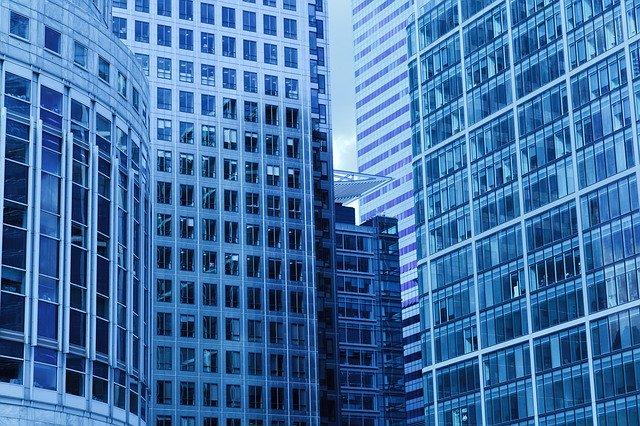 Budovy s veľkým počtom okien.jpg