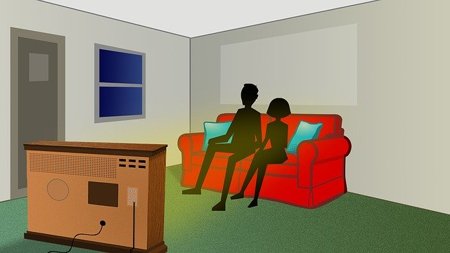 Dve postavy sledujú televíziu.jpg