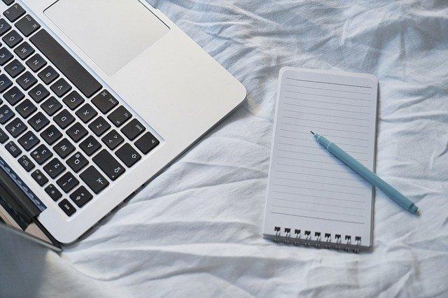 Zápisník a pero v posteli